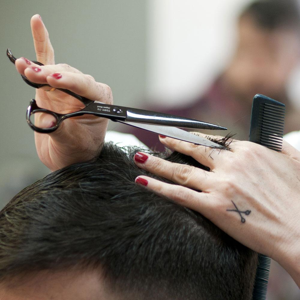 Corte de cabello actualizado y que se ajuste al cliente