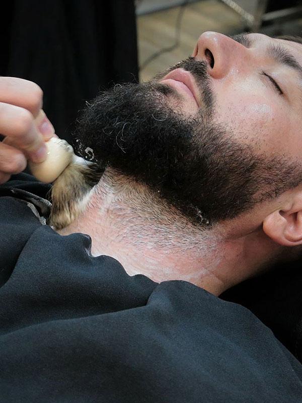 Afeitado en las Barberas de Sevilla